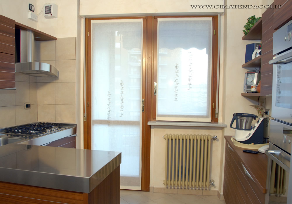 Tende da cucina a vetri idee creative di interni e mobili for Idee tende a vetro